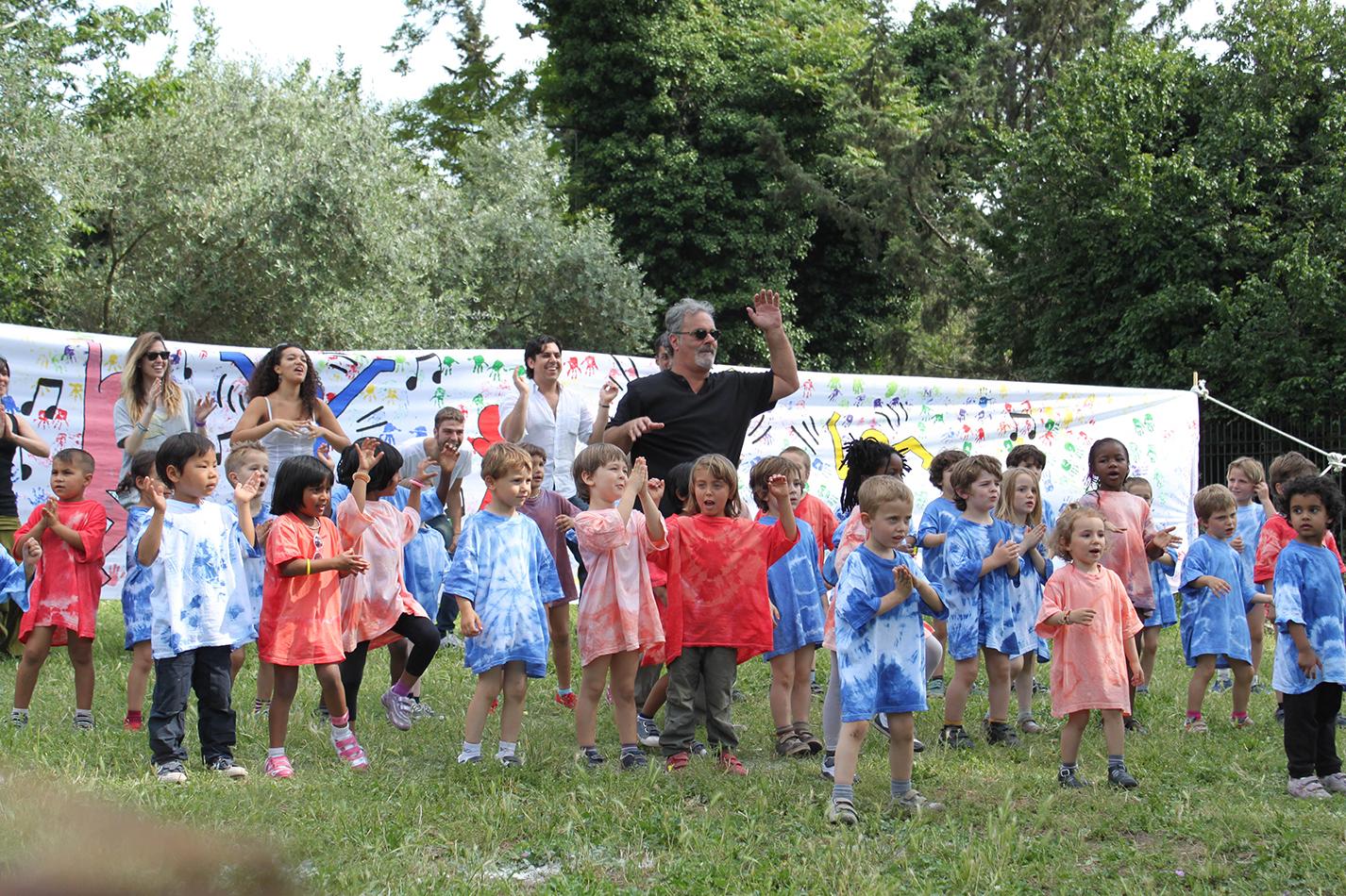 Massimo con i bambini di Celio Azzurro (foto dal sito di Celio Azzurro)